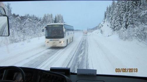 Bus achter sneeuwploeg aan